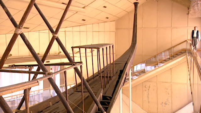 vídeos y material grabado en eventos de stock de giza solar boat museum. zoom out to reveal the reconstructed khufu solar ship. built circa 2500 bce, the boat was buried at the foot of the great... - barcaza embarcación industrial
