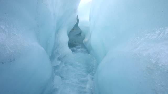 Glacial creek verläuft durch-Lagen