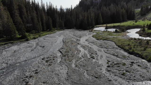 Fonte des glaciers s'écoule vers le bas des Alpes suisses