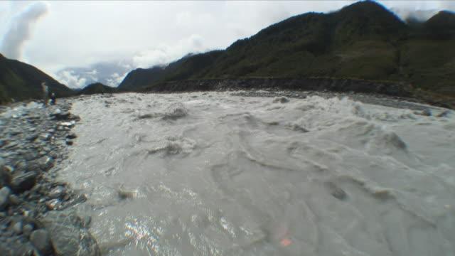 ws glacial river / franz josef glacier, new zealand - new zealand stock-videos und b-roll-filmmaterial
