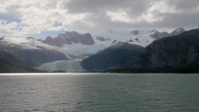 vidéos et rushes de glacier and darwin mountains landscape in chile from a tourist cruise ship - paysage enchanteur