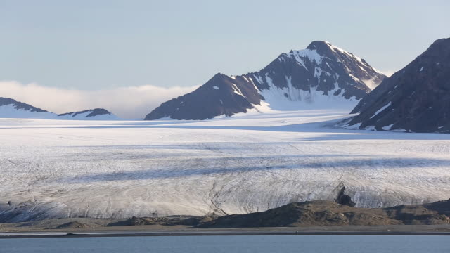 a glacier at recherchefjorden on western svalbard. all of svalbards glaciers are retreating, even in the north of the archiapelago despite only being around 600 miles from the north pole. - melting stock-videos und b-roll-filmmaterial