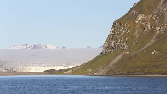 a glacier at recherchefjorden on western svalbard. all of svalbards glaciers are retreating, even in the north of the archiapelago despite only being around 600 miles from the north pole. - スヴァールバル諸島点の映像素材/bロール