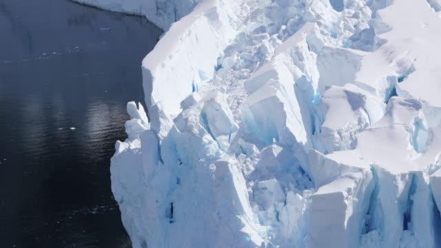 vídeos de stock e filmes b-roll de glacier calving face, antarctica - clima polar