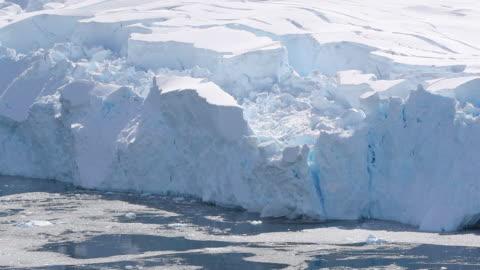 vídeos y material grabado en eventos de stock de glacier calving in antarctica, slow motion - antarctica