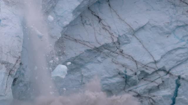 vídeos de stock, filmes e b-roll de glacier calving - desmoronar