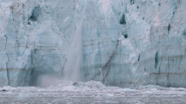glacier calving - 氷山点の映像素材/bロール