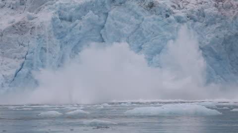 vídeos de stock e filmes b-roll de glacier calvings - ártico