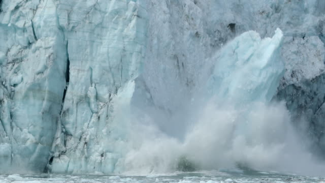 glacier collapsing, with large falling ice chunks - 自然災害点の映像素材/bロール