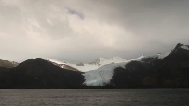 vídeos de stock, filmes e b-roll de glacier during a overcast day - passear sem destino