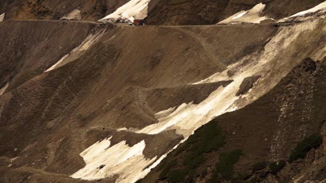 vídeos de stock, filmes e b-roll de glacier in zojila pass slopes of leh ladakh road - drenagem