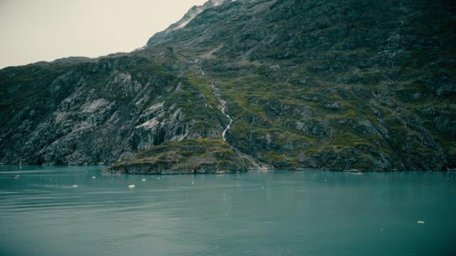 氷河の小さな滝 - アメリカグレイシャー国立公園点の映像素材/bロール