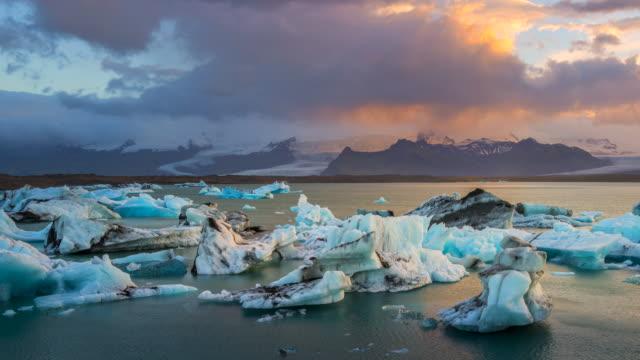 Im Wasser Gletscherlagune Jökulsárlón Gletscher in der Nähe von Vatnajkull National Park im Südosten Islands bei Sonnenuntergang. Verkleinern Sie die Ansicht. 4K UHD Zeitraffer.