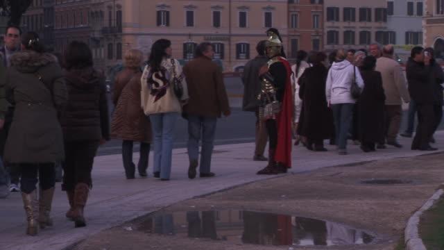 vídeos y material grabado en eventos de stock de a gladiator on the streets of rome - gladiador