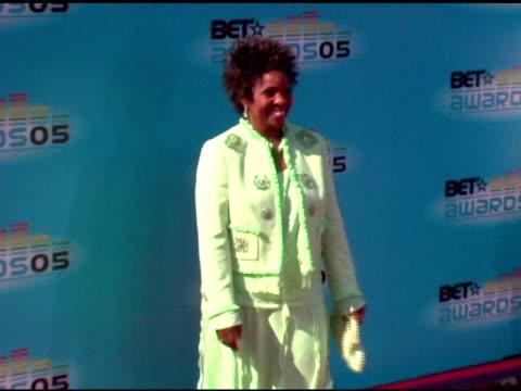 vídeos y material grabado en eventos de stock de gladys knight at the 2005 bet awards arrivals at the kodak theatre in hollywood, california on june 28, 2005. - black entertainment television