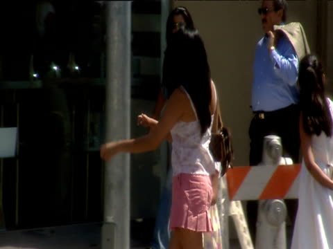 glamorous young woman crosses road holding child's hand beverly hills - minigonna video stock e b–roll