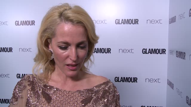 arrivals and winners gillian anderson interview sot / ellie kemper interview sot / kerry washington gvs / kate hudson and sir philip green gvs / kate... - gillian anderson stock videos & royalty-free footage