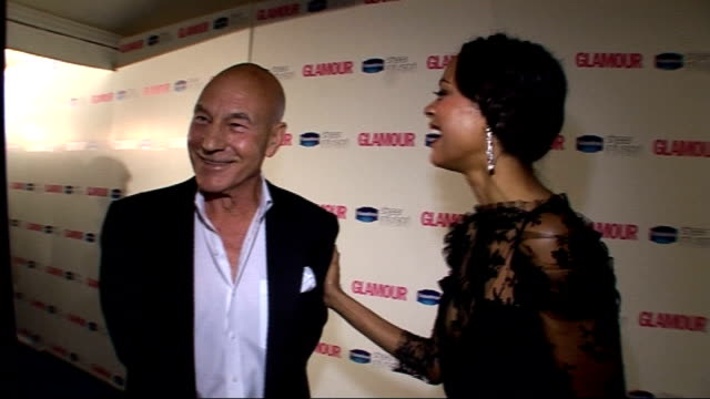 vídeos de stock, filmes e b-roll de winners room zoe saldana and sir patrick stewart posing then interview sot on not doing the star trek greeting shows their good taste / stewart being... - 2010