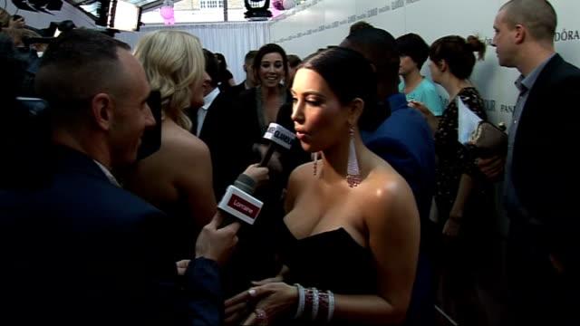 vidéos et rushes de red carpet arrivals / winner's room kim kardashian speaking to press kim kardashian interview sot [shows her engagement ring] / on her fiance kris... - soeur