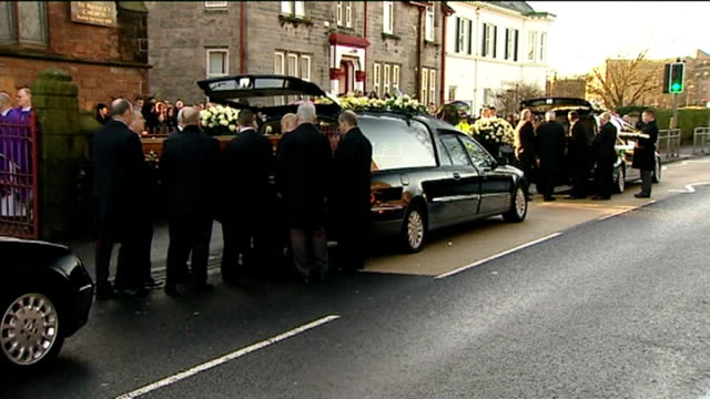 funeral held for three victims from same family scotland dumbarton st patrick's church ext pallbearers carry coffin from church at funeral of jack... - itv weekend evening news点の映像素材/bロール