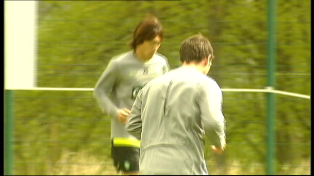 east dunbartonshire lennoxtown training ground ext wide shot of celtic players training closeup of gordon strachan scott mcdonald training shunsuke... - ゴードン ストラハン点の映像素材/bロール