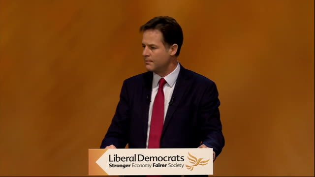 stockvideo's en b-roll-footage met glasgow photography *** nick clegg mp into room holding hands with wife miriam gonzalez durantes clegg onto stage at liberal democrat party... - verwijten