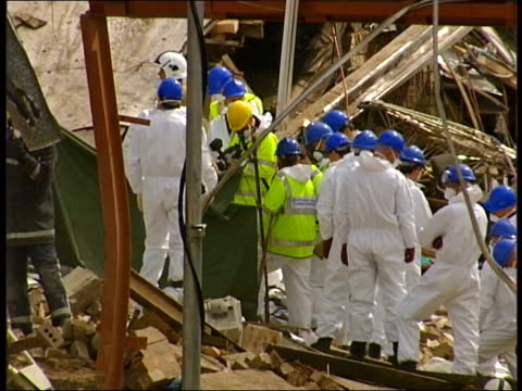 glasgow plastics factory explosion: seven dead; scotland: glasgow: ext at night rescue workers and sniffer dogs amongst rubble of collapsed stockline... - rubble stock-videos und b-roll-filmmaterial