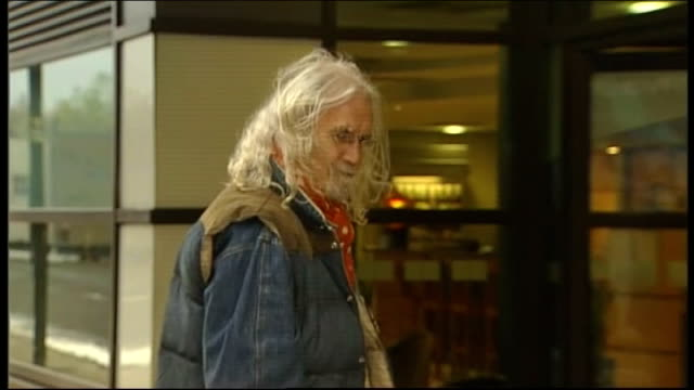 vidéos et rushes de glasgow police helicopter crash / victims named ext young girl laying flowers comedian billy connolly leaving flowers at scene billy connolly... - billy connolly