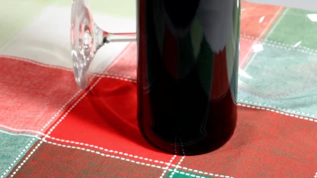 vídeos y material grabado en eventos de stock de vidrio y una botella de vino tinto - botella de vino