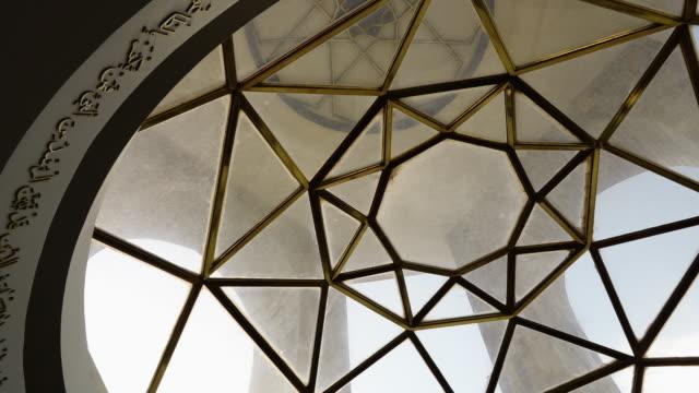 vídeos de stock, filmes e b-roll de glass and golden metal ceiling - rombo