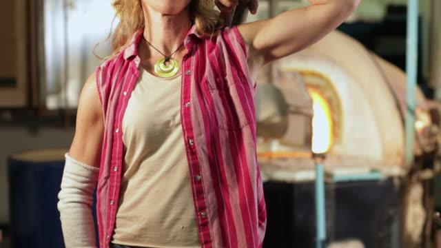 ms tu td glass blower woman standing in her studio / santa fe, new mexico, united states - glasbläser stock-videos und b-roll-filmmaterial