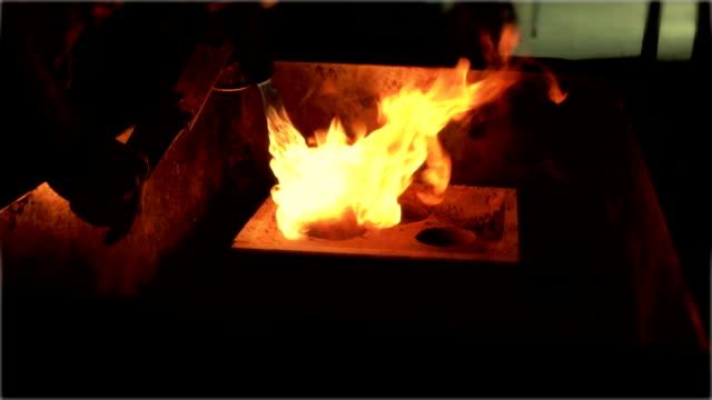 glasbläser arbeit mit feuer-hd - glasbläser stock-videos und b-roll-filmmaterial