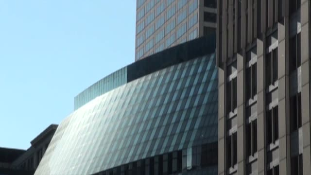 glass building in chicago - fensterfront stock-videos und b-roll-filmmaterial