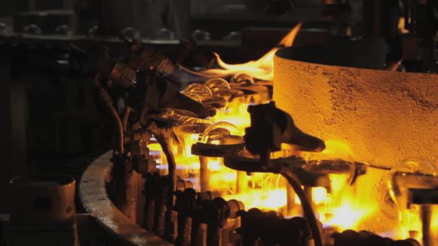 cu glass bulb assembly process, surya roshni limited /  malanpur, madhya pradesh, india - wärme stock-videos und b-roll-filmmaterial