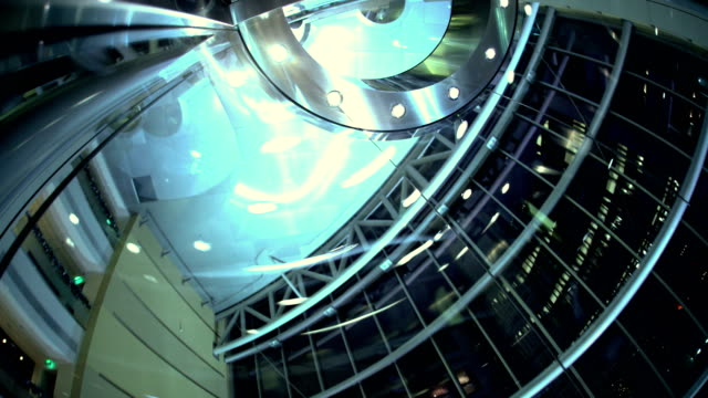 glass elevator at night in skyscraper dubai uae - colonna architettonica video stock e b–roll