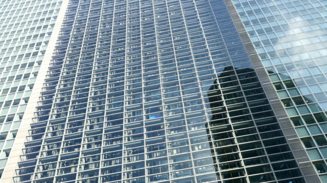 stockvideo's en b-roll-footage met la glazen liften in moderne wolkenkrabber - hoofdkantoor