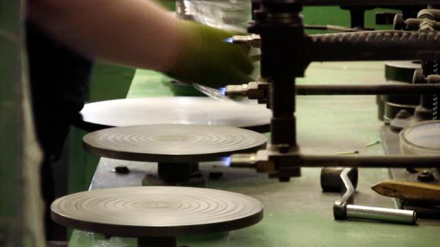 vídeos de stock e filmes b-roll de fábrica de vidro (hd - ceramista