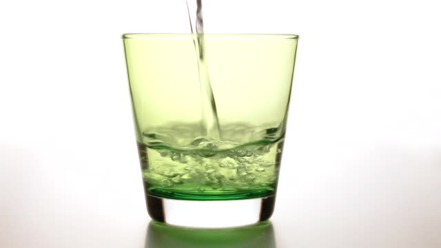 vídeos de stock e filmes b-roll de copo cheio de água - copo vazio