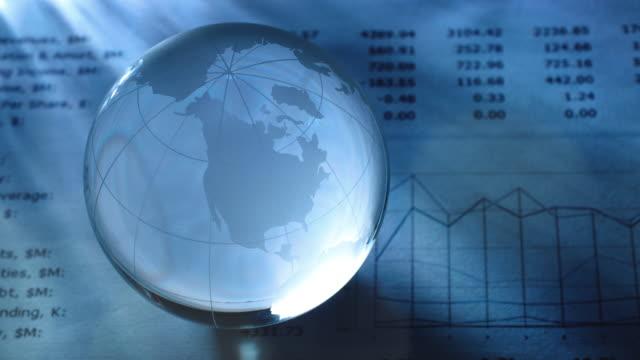 vidéos et rushes de glass globe on financial report - fondu d'ouverture