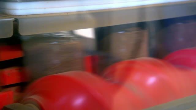 vídeos de stock, filmes e b-roll de glass jars being filled with freeze dried coffee - formato de alta definição