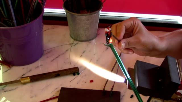 ガラスのジュエリーで作品を仕上げるアーチスト - グラスフィッシュ点の映像素材/bロール