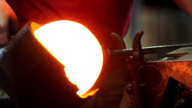 glas kaffeemaschine bilden heißes glas, nahaufnahme (2 clips) - glasbläser stock-videos und b-roll-filmmaterial