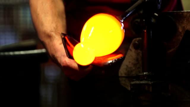 glas kaffeemaschine bilden heißes glas nahaufnahme (2 clips) - glasbläser stock-videos und b-roll-filmmaterial