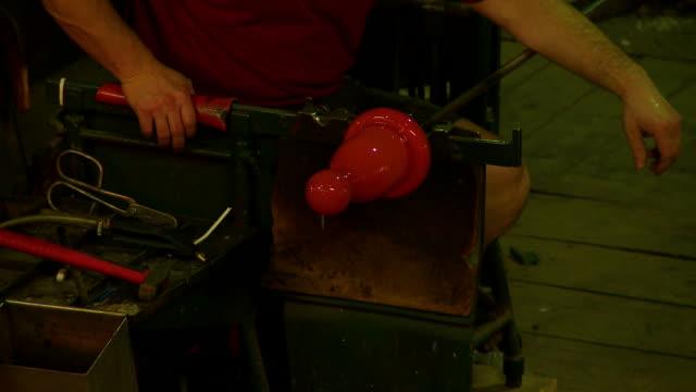 vídeos de stock, filmes e b-roll de máquina de formação de vidro plano médio - fundir técnica de vídeo