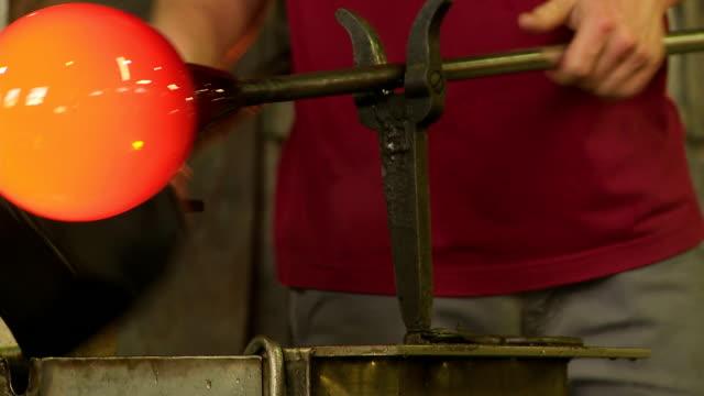 vídeos de stock, filmes e b-roll de máquina de formação de vidro quentes com bloco de cu - fundir técnica de vídeo