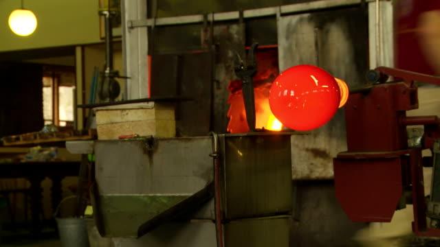 vídeos de stock, filmes e b-roll de máquina de tratamento de vidro quentes do workshop - fundir técnica de vídeo