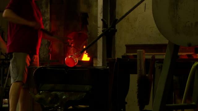 vídeos de stock, filmes e b-roll de máquinas de formação de vidro no forno - fundir técnica de vídeo