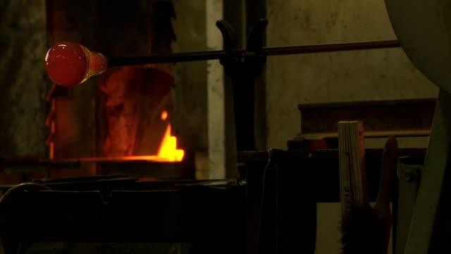 vídeos de stock, filmes e b-roll de máquinas de formação de vidro quentes (três clipes) - fundir técnica de vídeo