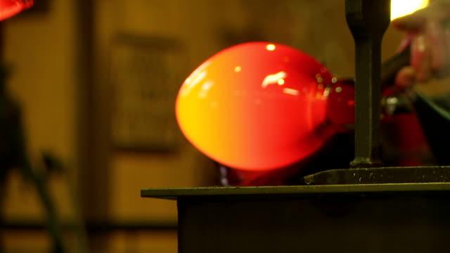 vídeos de stock, filmes e b-roll de máquinas de formação de vidro quentes com blocos de cu - fundir técnica de vídeo