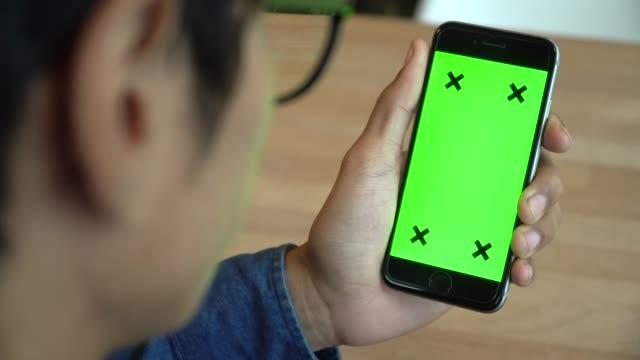 玻璃人看手機綠色螢幕 - 合成膠片 個影片檔及 b 捲影像
